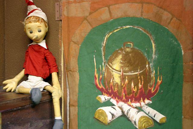 Самый, пожалуй, знаменитый псевдо-камин, известный каждому с раннего детства – нарисованный очаг в каморке Папы Карло
