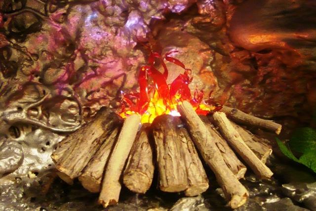 Имитация пламени с помощью колеблющихся в восходящем потоке теплого воздуха лоскутов тонкой материи – уже лучше, но все же, еще не то…