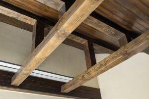 Декоративные потолочные балки из дерева: монтаж